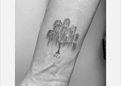 Тату минимализм дерево ива на венах