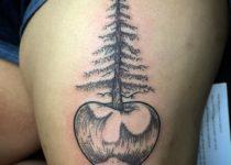 тату деревья яблоня на бедре