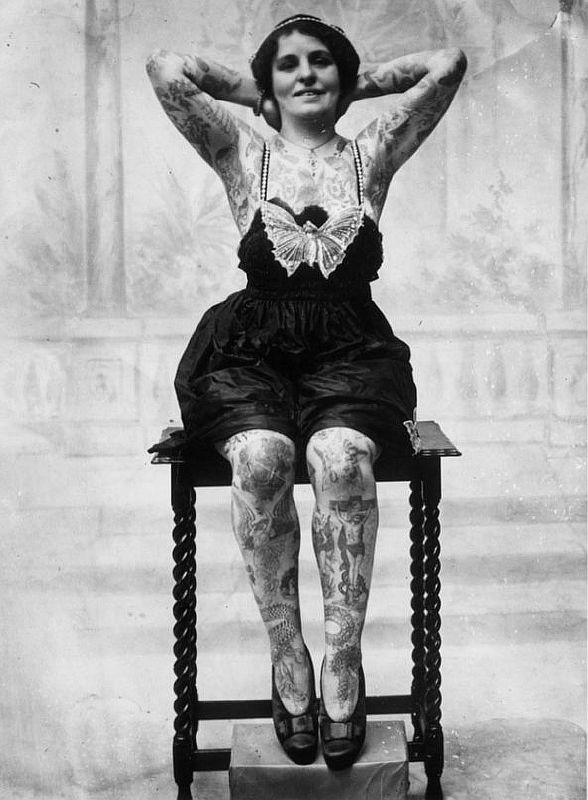 Оригинальная девушка с татуировкой дракона 1930-х годов