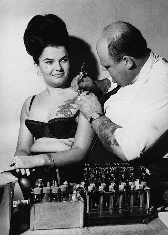 Дама получает новую татуировку