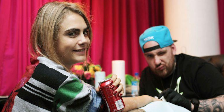 Кара Делевинь делает татуировку фото