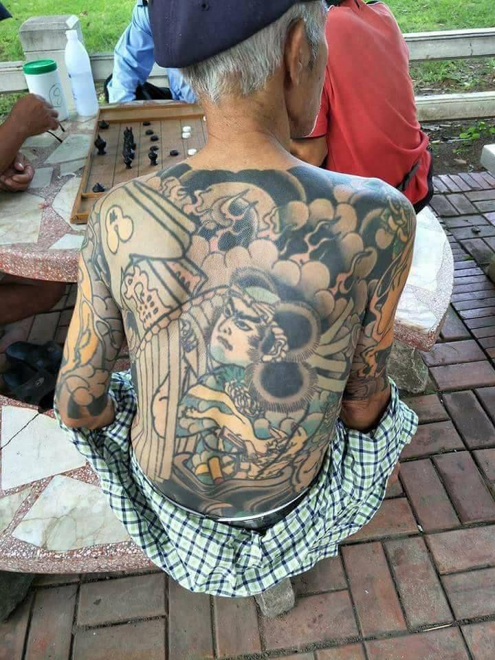 Татуировки, украшающие тело Шираи, являются общими для членов Якузы