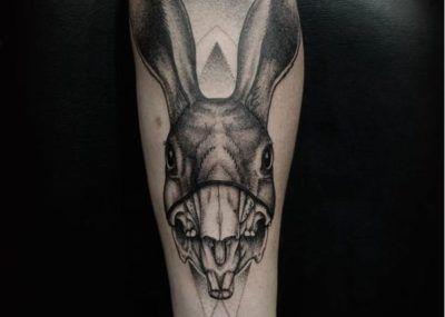 Тату кролик череп