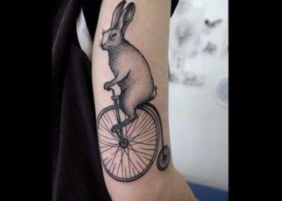 Тату кролик на велосипеде