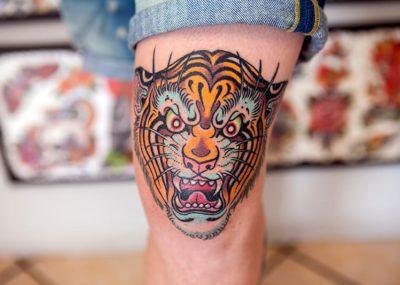 Тату тигр на ноге