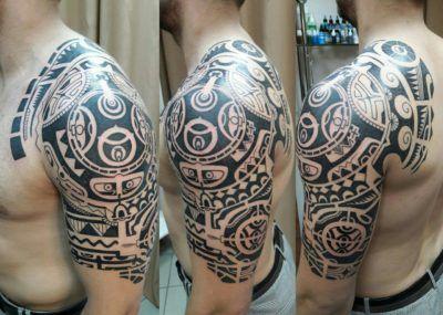 тату стиль полинезия на плече