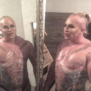 Жительница Мытищ сделала тату с лицом шоумена-фрика