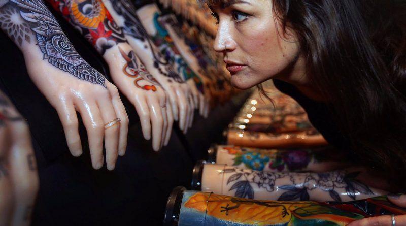 арт проект одной сотни татуированных рук