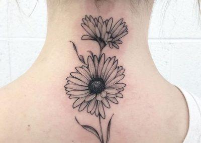 Тату на шее девушки цветок