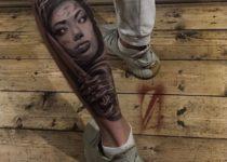 Стиль реализм в тату на ноге девушка