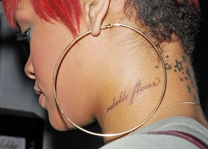Татуировки Рианны на шее