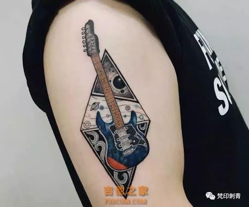 Тату гитара треугольник
